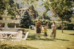 família al jardí